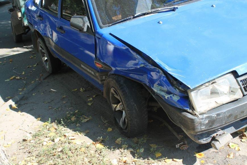 В Сумах на ул. Кондратьева Opel и Лада не поделили дорогу, и застопорили движение на улице (ФОТО), фото-1