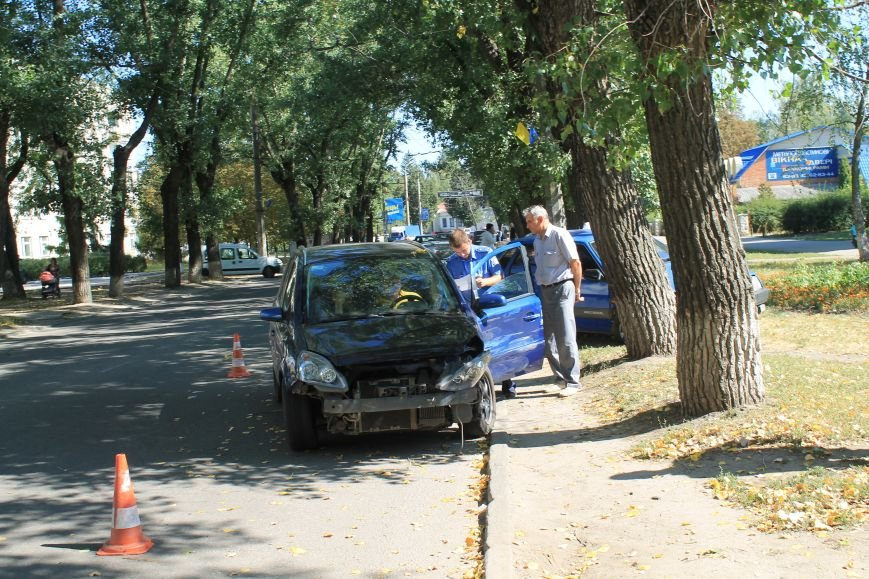 В Сумах на ул. Кондратьева Opel и Лада не поделили дорогу, и застопорили движение на улице (ФОТО), фото-3