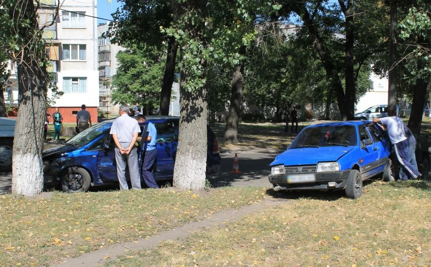 В Сумах на ул. Кондратьева Opel и Лада не поделили дорогу, и застопорили движение на улице (ФОТО), фото-4
