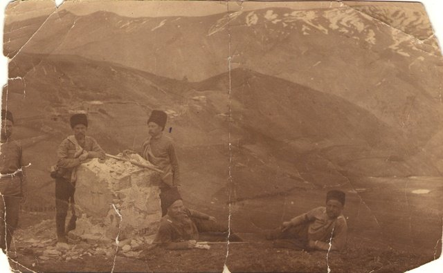 Кубанские казаки у 33 пограничного столба при вступлении в Турцию, близ турецкого селения Огдар. 1915 г. Из фондов Лабинского музея (1)