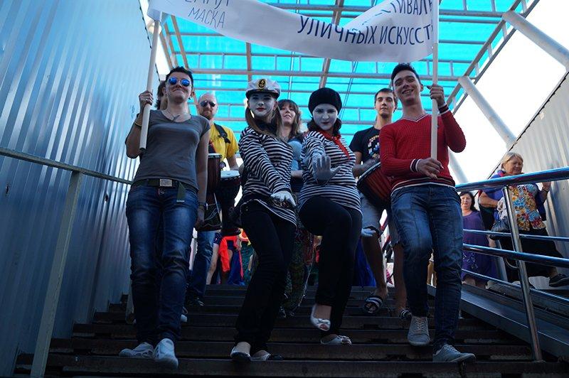 В Белгороде клоуны, танцовщицы, художники и поэты вышли на улицы, фото-5