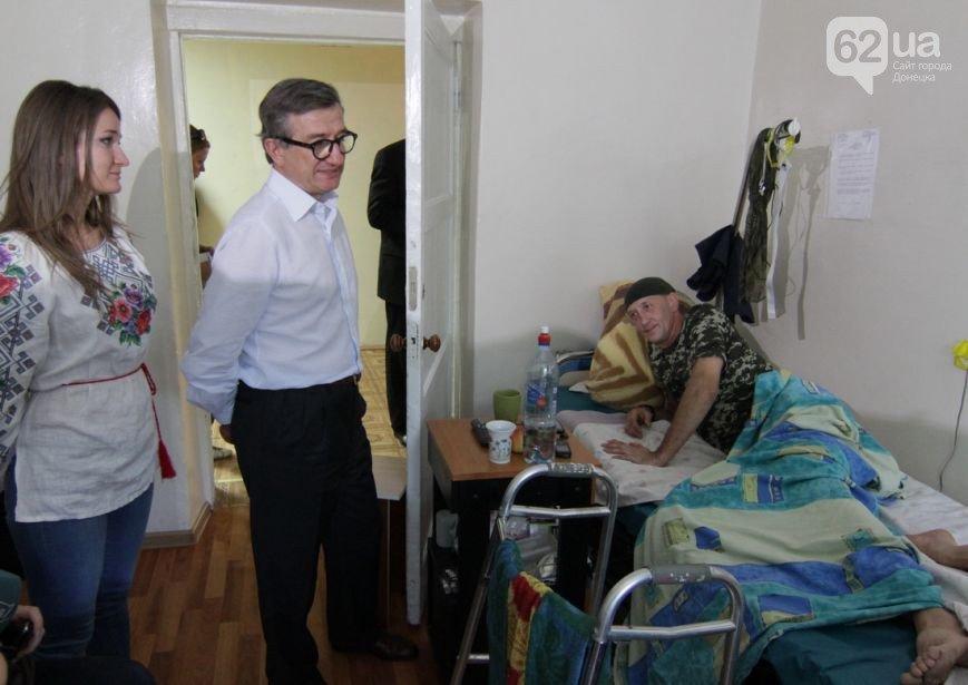 Губернатор Донецкой области, вместе с дочерью, проведал раненых украинских бойцов в Мариуполе (ФОТО+ВИДЕО), фото-3