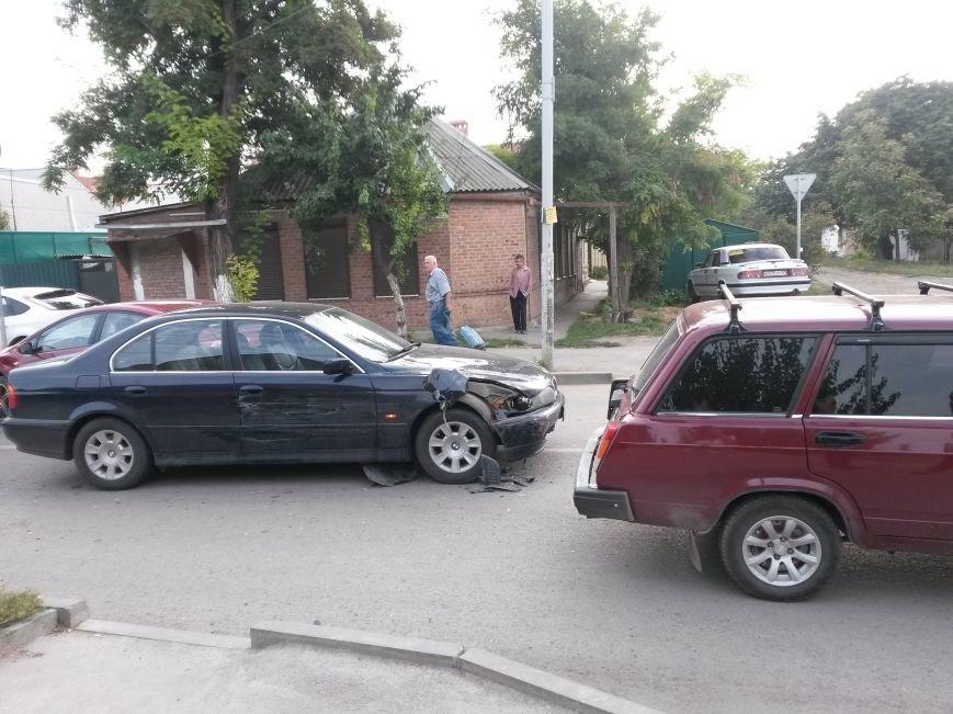 В Таганроге произошла авария, столкнулись 3 автомобиля, фото-1
