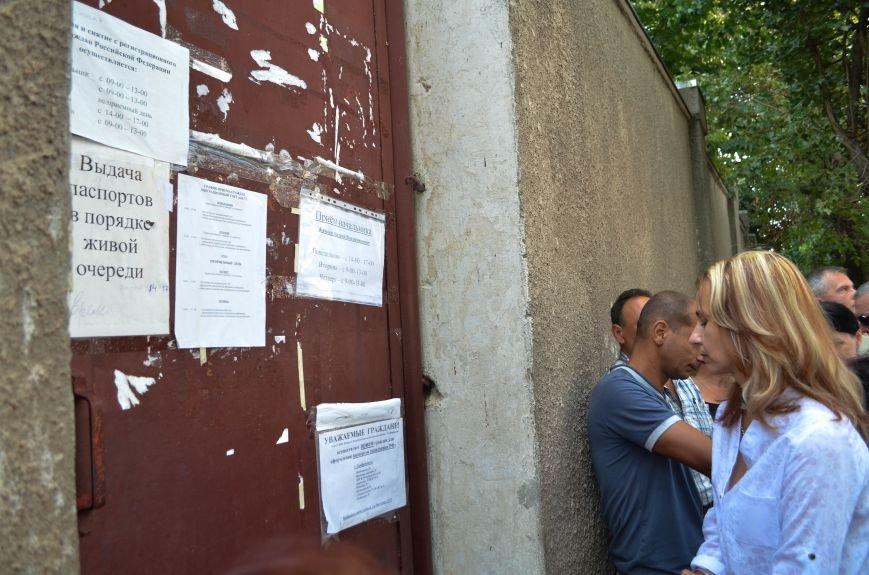 Крымчане месяцами выстаивают очереди в ожидании паспорта РФ: Не могут доказать, что они - русские (ФОТО, ВИДЕО), фото-3