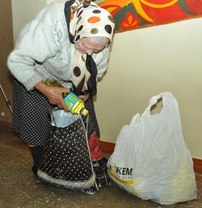 Беженцы и жители малых городов Донбасса в сентябре получат еще 350 000 пакетов гуманитарной помощи от Ахметова, фото-2