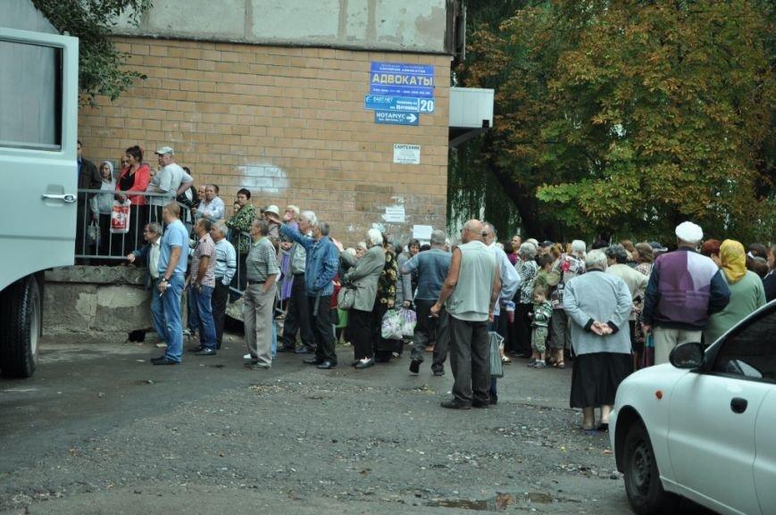 Беженцы и жители малых городов Донбасса в сентябре получат еще 350 000 пакетов гуманитарной помощи от Ахметова, фото-1