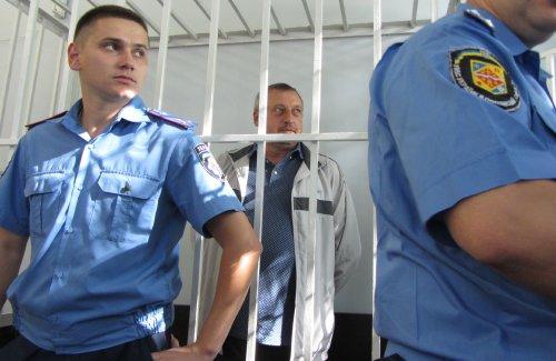 Александра Мельника на суд привели под конвоем и посадили в клетку, фото-1