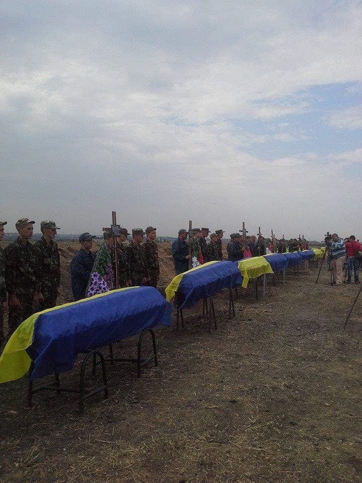 Могила неизвестного солдата: В Днепропетровске на «Аллее героев АТО» похоронили 11 неопознанных воинов (ФОТО), фото-1