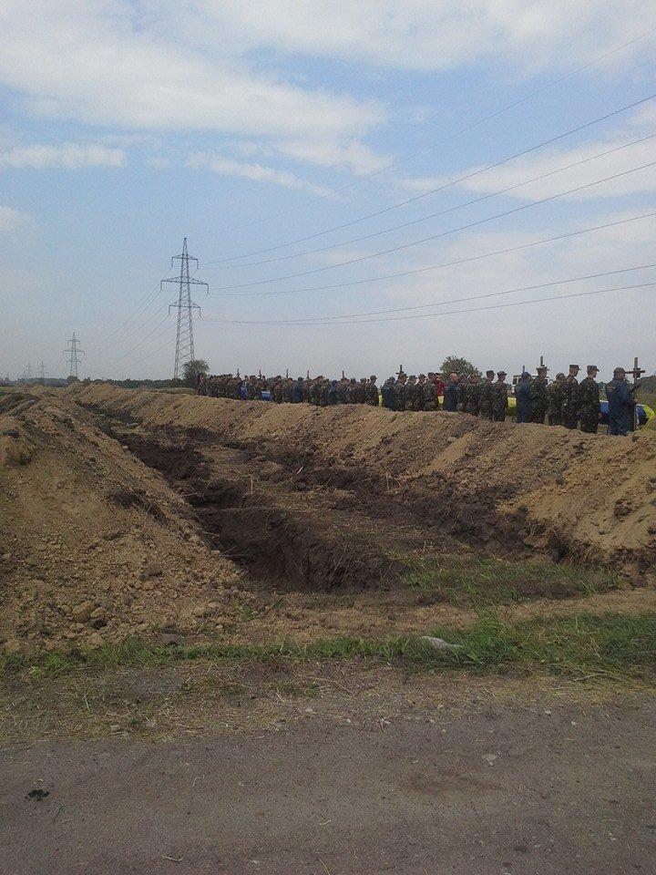 Могила неизвестного солдата: В Днепропетровске на «Аллее героев АТО» похоронили 11 неопознанных воинов (ФОТО), фото-2