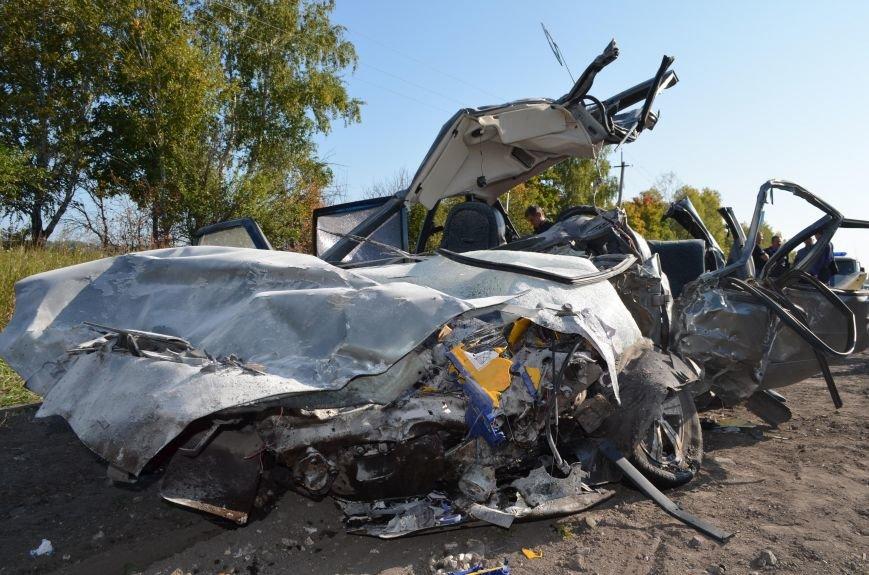 Сегодня в Ульяновской области грузовик раздавил всмятку автомобиль «ВАЗ–2114», фото-1