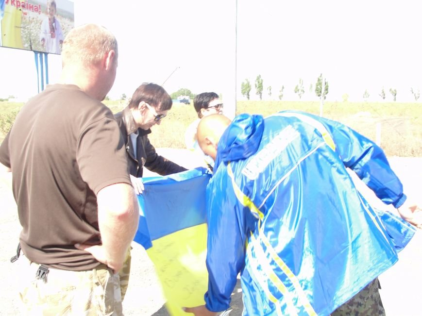 Волонтеры Мариуполя вместе с автомайданом отвезли флаги на блокпосты (ФОТО+ВИДЕО), фото-10