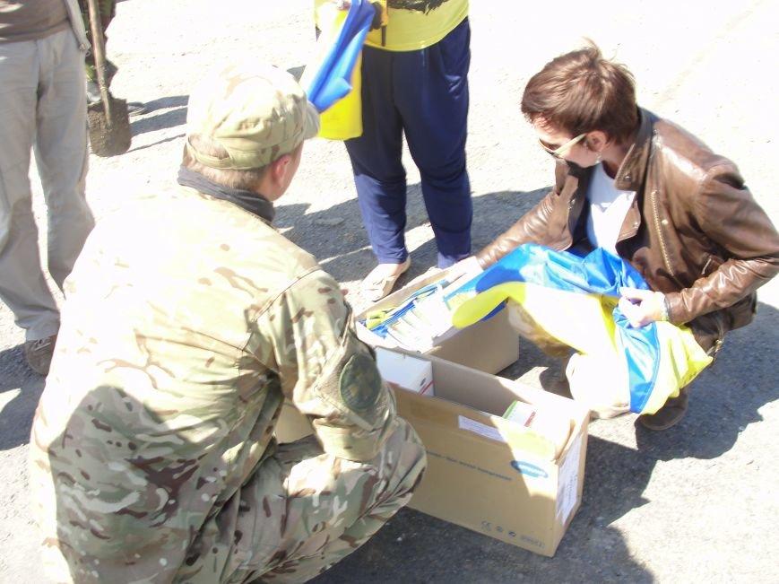 Волонтеры Мариуполя вместе с автомайданом отвезли флаги на блокпосты (ФОТО+ВИДЕО), фото-11