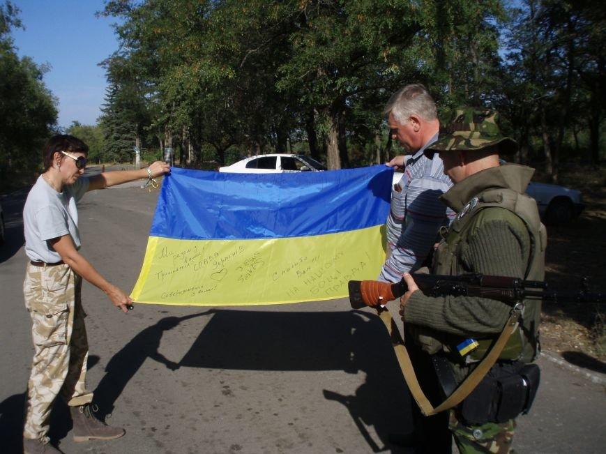 Волонтеры Мариуполя вместе с автомайданом отвезли флаги на блокпосты (ФОТО+ВИДЕО), фото-7