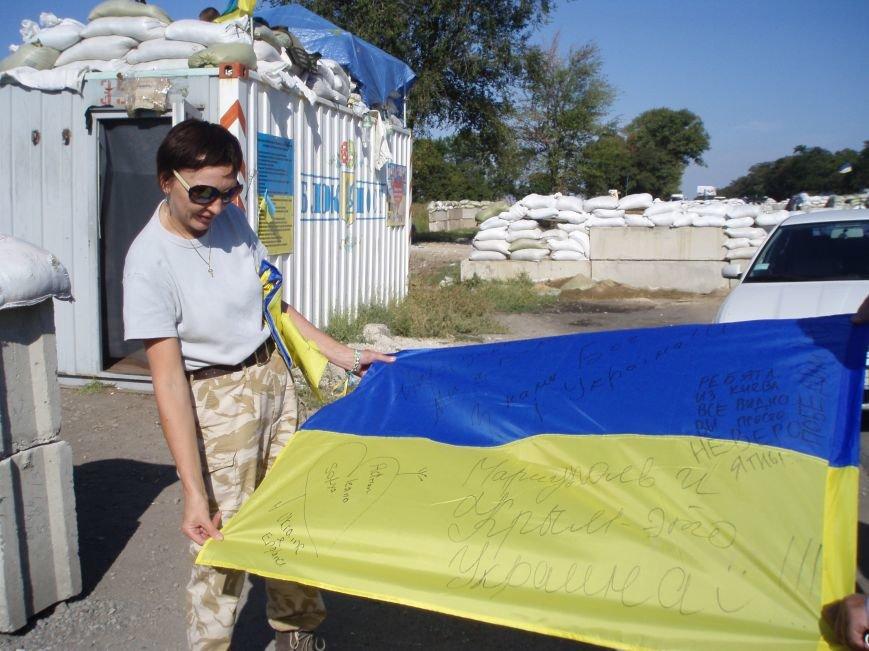 Волонтеры Мариуполя вместе с автомайданом отвезли флаги на блокпосты (ФОТО+ВИДЕО), фото-6