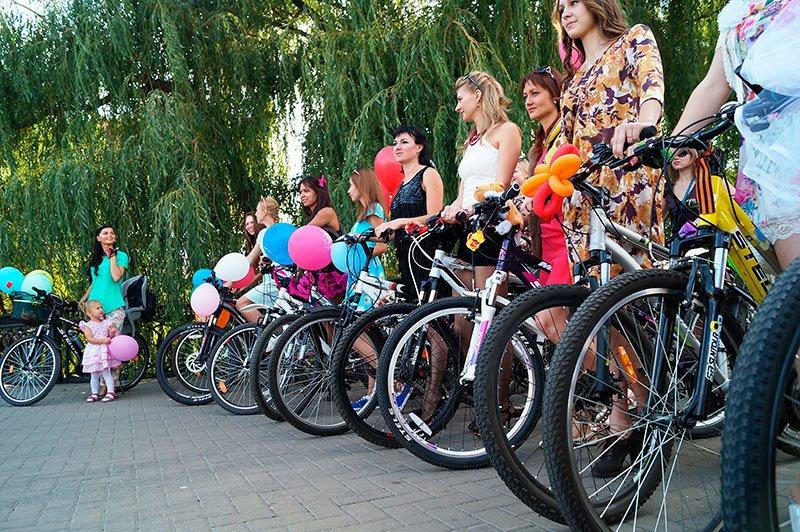 По Белгороду на велосипедах проехались девушки в платьях и туфлях на каблуках (фото) - фото 2