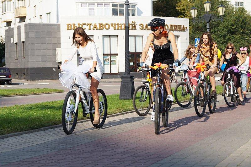 По Белгороду на велосипедах проехались девушки в платьях и туфлях на каблуках (фото) - фото 3