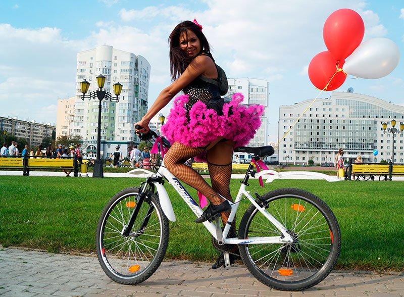 По Белгороду на велосипедах проехались девушки в платьях и туфлях на каблуках (фото) - фото 4