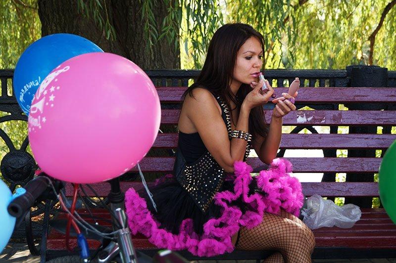 По Белгороду на велосипедах проехались девушки в платьях и туфлях на каблуках (фото) - фото 1