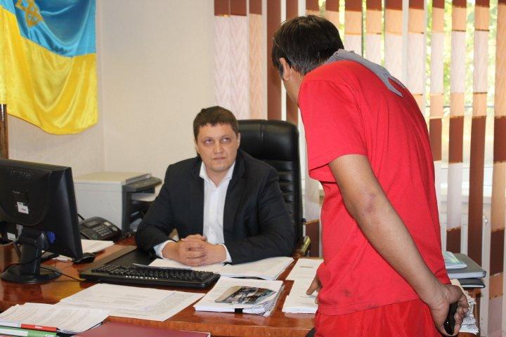 Активисты Кривого Рога хотели люстрировать чиновника при помощи мусорного бака (ФОТО), фото-6