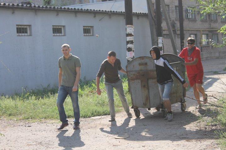 Активисты Кривого Рога хотели люстрировать чиновника при помощи мусорного бака (ФОТО), фото-1