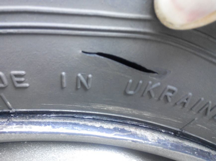 В Полтаве неизвестные порезали колёса в автомобиле, принадлежащем ПАТ «Вепр» (ФОТО), фото-1
