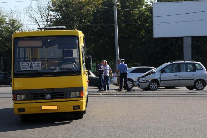 В Днепропетровске «легковушка» въехала в 146-ю маршрутку (ФОТО), фото-1