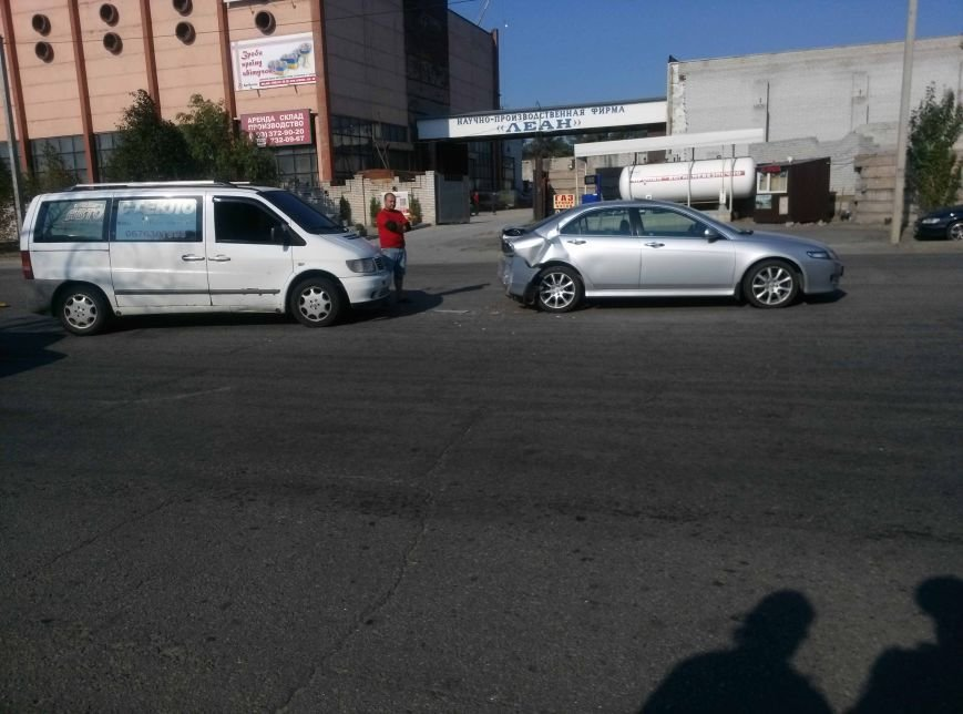 Еще одно ДТП в Днепропетровске: не разминулись два автомобиля (ФОТО), фото-1