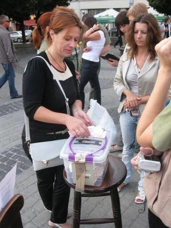 Львів'яни не перестають приносити гуманітарку для АТО (фоторепортаж), фото-16