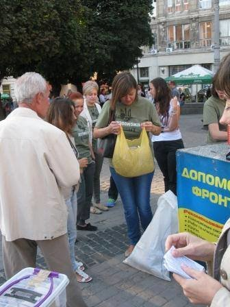Львів'яни не перестають приносити гуманітарку для АТО (фоторепортаж), фото-6
