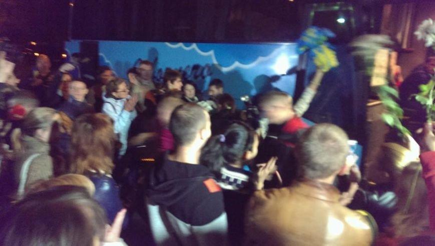 Борщом и цветами встречали в Днепропетровске освобожденных из плена украинских военных (ВИДЕО, ФОТО), фото-7