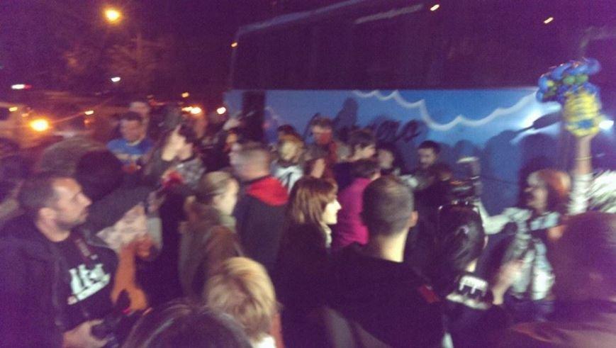 Борщом и цветами встречали в Днепропетровске освобожденных из плена украинских военных (ВИДЕО, ФОТО), фото-10