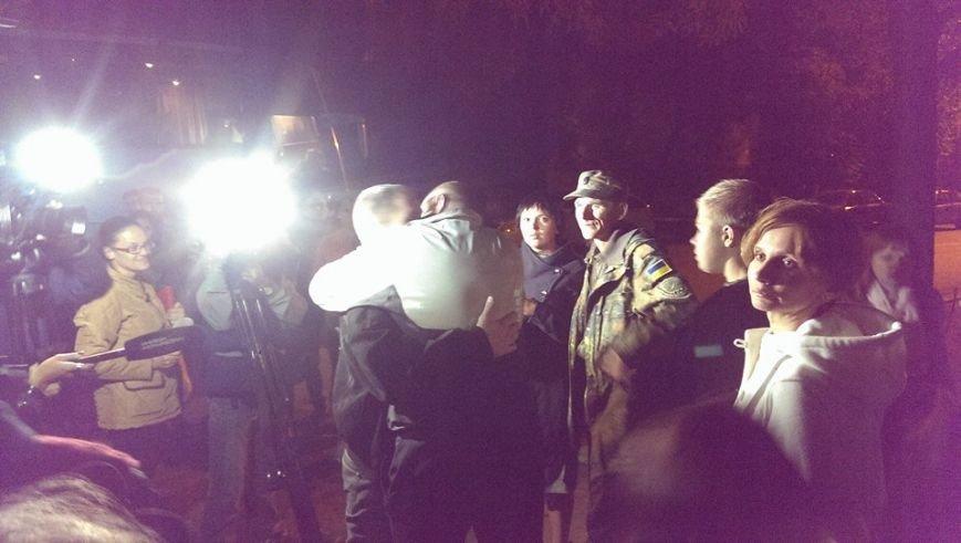Борщом и цветами встречали в Днепропетровске освобожденных из плена украинских военных (ВИДЕО, ФОТО), фото-9