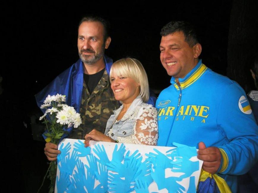 Борщом и цветами встречали в Днепропетровске освобожденных из плена украинских военных (ВИДЕО, ФОТО), фото-1