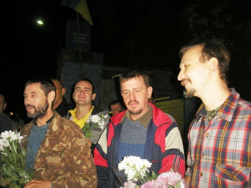 Борщом и цветами встречали в Днепропетровске освобожденных из плена украинских военных (ВИДЕО, ФОТО), фото-4