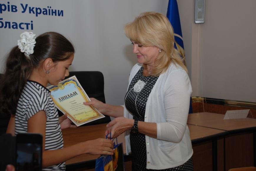 нач. ДФС в області Надія Воленшчак нагороджує переможців