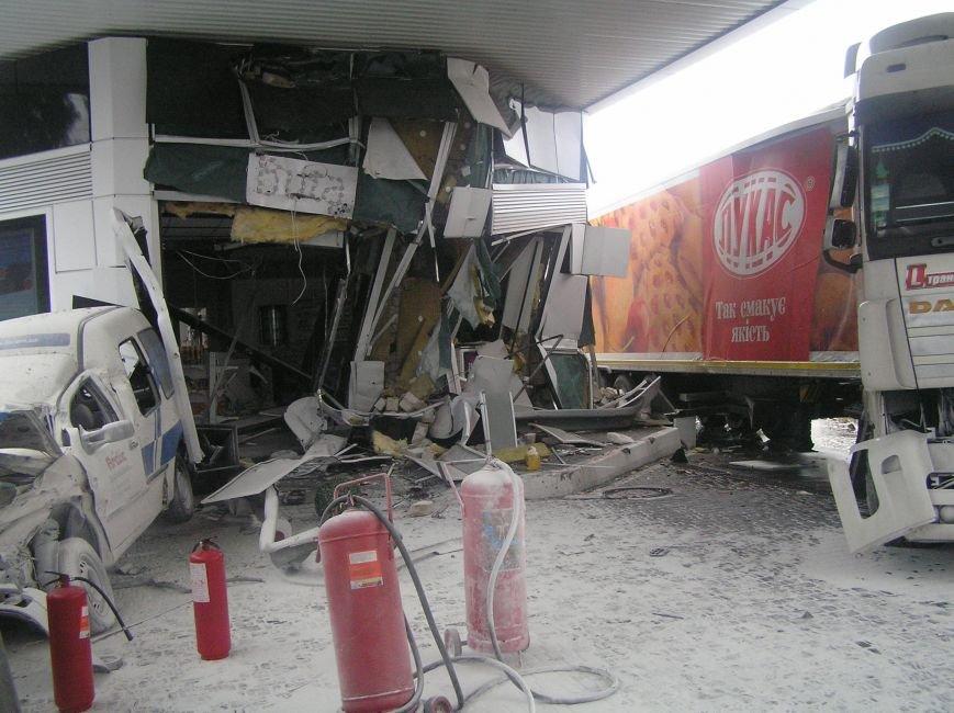 В Кременчуге фура врезалась в АЗС и сбила заправляющийся автомобиль (фото и видео), фото-3