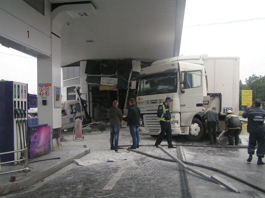 В Кременчуге фура врезалась в АЗС и сбила заправляющийся автомобиль (фото и видео), фото-1