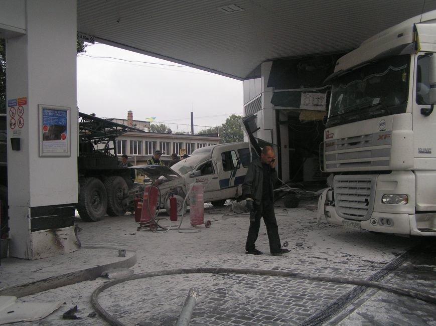 В Кременчуге фура врезалась в АЗС и сбила заправляющийся автомобиль (фото и видео), фото-2
