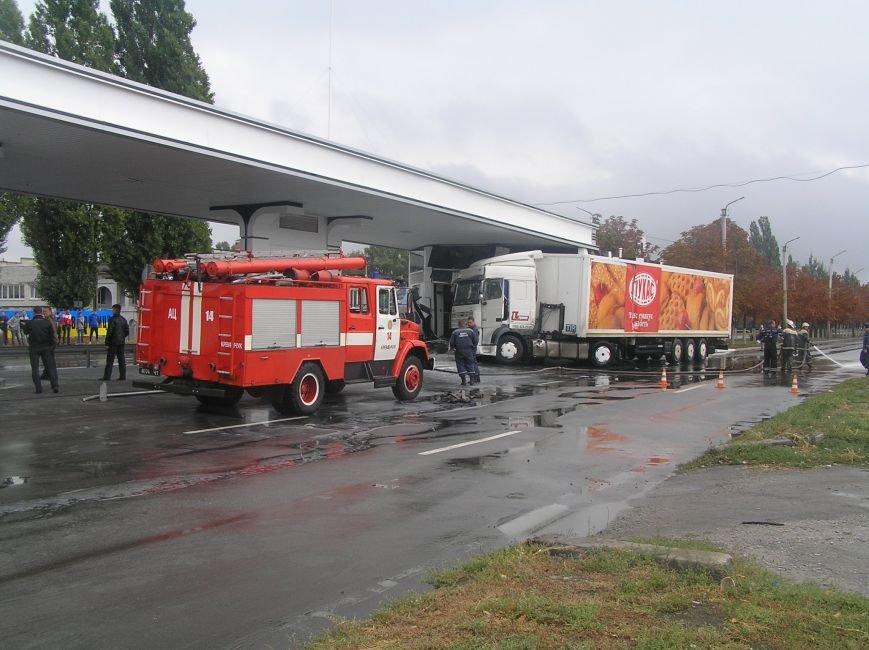 В Кременчуге фура врезалась в АЗС и сбила заправляющийся автомобиль (фото и видео), фото-5