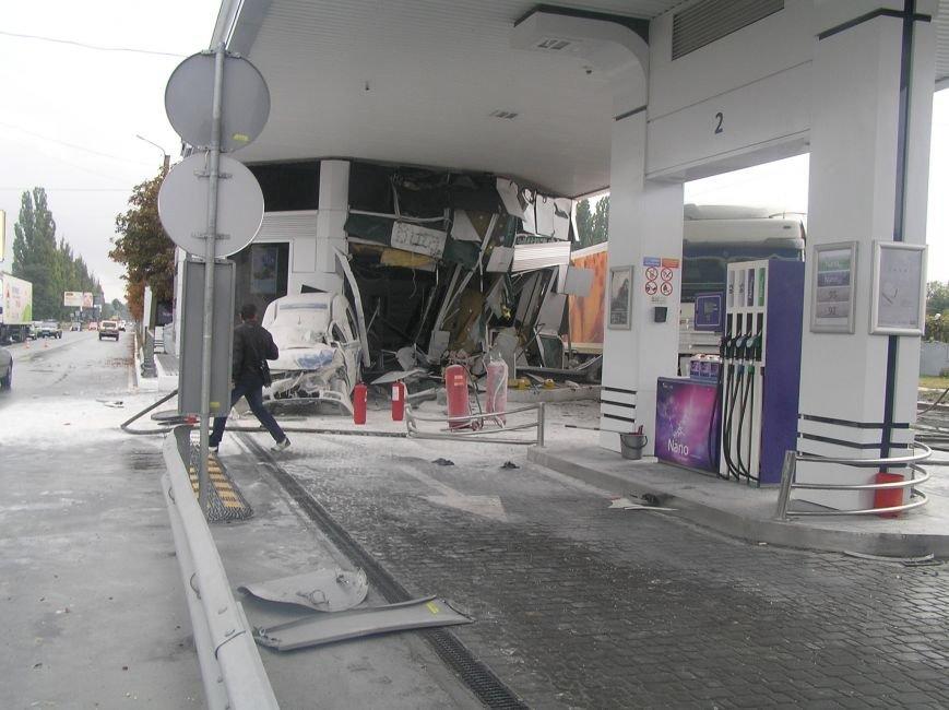 В Кременчуге фура врезалась в АЗС и сбила заправляющийся автомобиль (фото и видео), фото-6