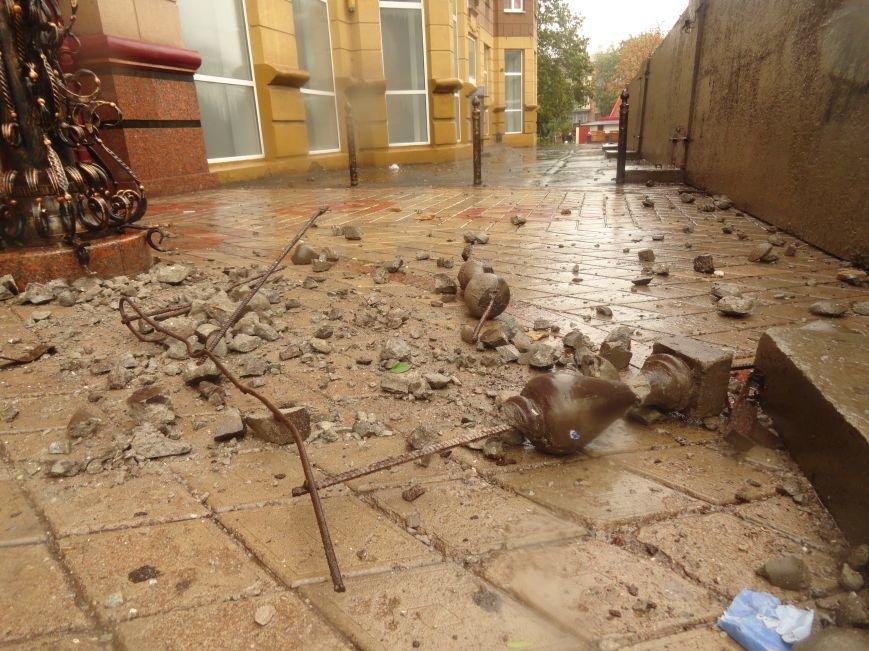 В Мариуполе части балкона обрушились с башни со шпилем на тротуар  (ФОТО), фото-4