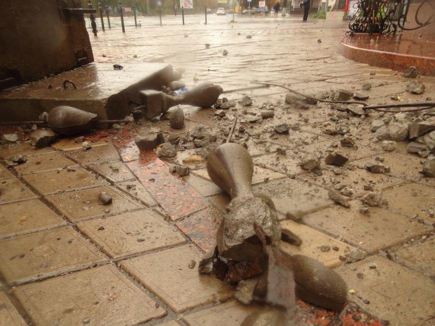 В Мариуполе части балкона обрушились с башни со шпилем на тротуар  (ФОТО), фото-3