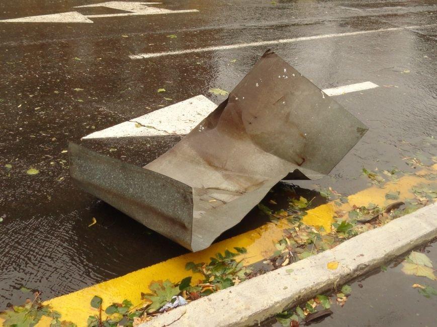 В Мариуполе части балкона обрушились с башни со шпилем на тротуар  (ФОТО), фото-1