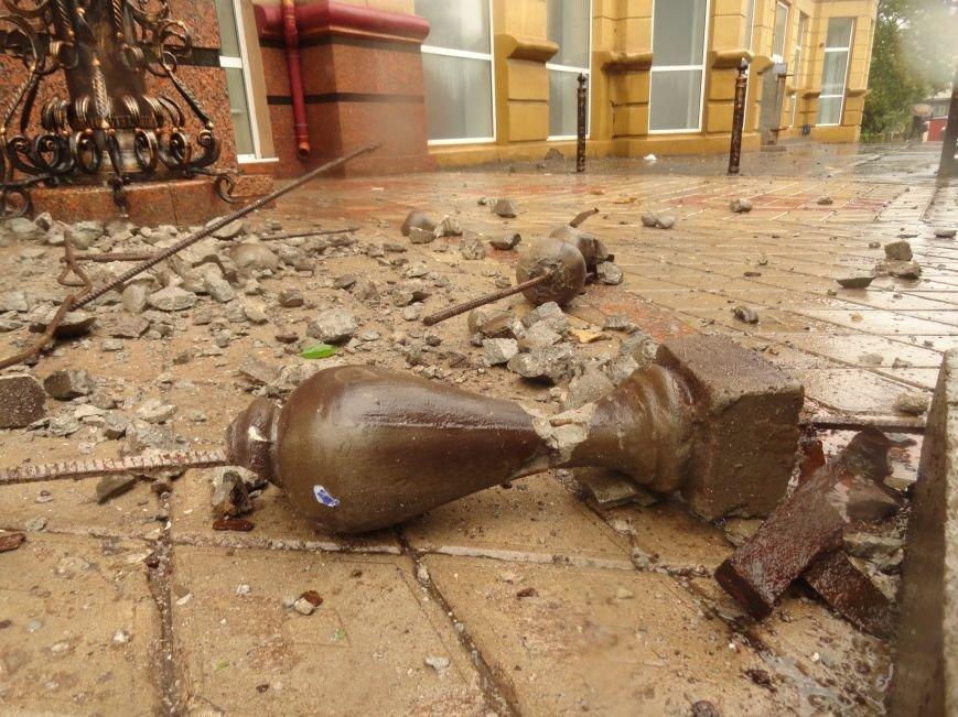 В Мариуполе части балкона обрушились с башни со шпилем на тротуар  (ФОТО), фото-5