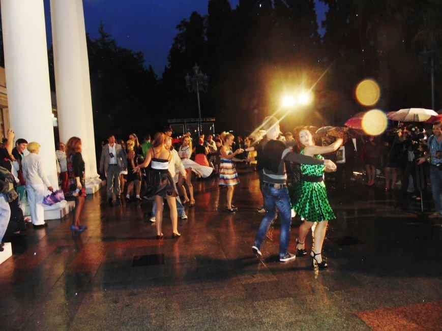 На площади у Ялтинского театра им. Чехова развернулся Арбат 60-х годов., фото-5