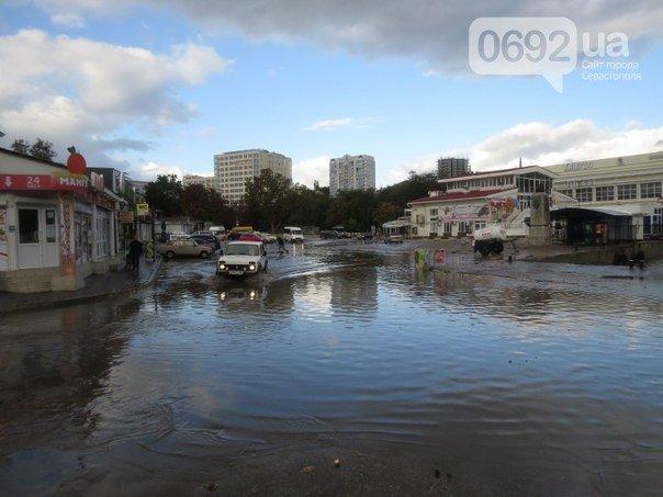 Непогода разошлась не на шутку: В Крыму ветром сорваны крыши, городские улицы тонут (ФОТО, ВИДЕО), фото-6