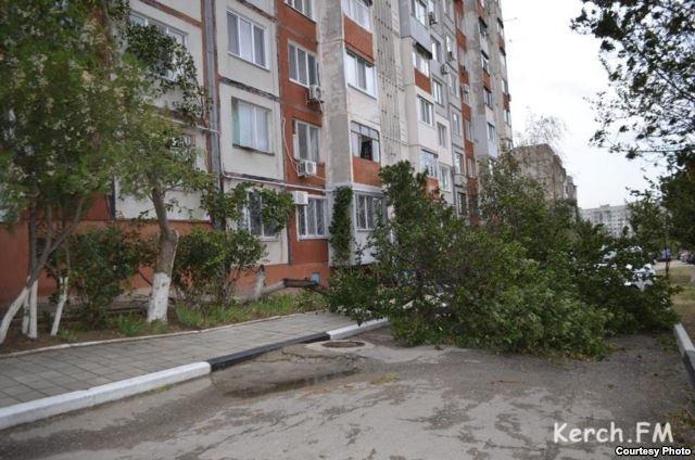 Непогода разошлась не на шутку: В Крыму ветром сорваны крыши, городские улицы тонут (ФОТО, ВИДЕО), фото-15