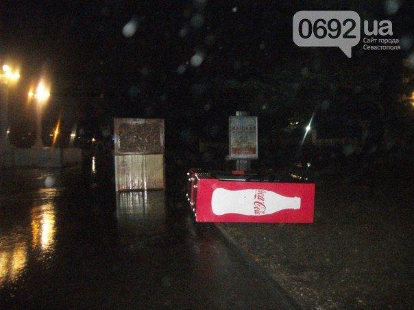 Непогода разошлась не на шутку: В Крыму ветром сорваны крыши, городские улицы тонут (ФОТО, ВИДЕО), фото-10