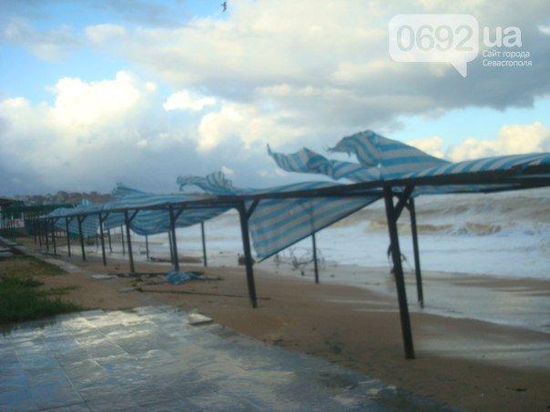 Непогода разошлась не на шутку: В Крыму ветром сорваны крыши, городские улицы тонут (ФОТО, ВИДЕО), фото-7