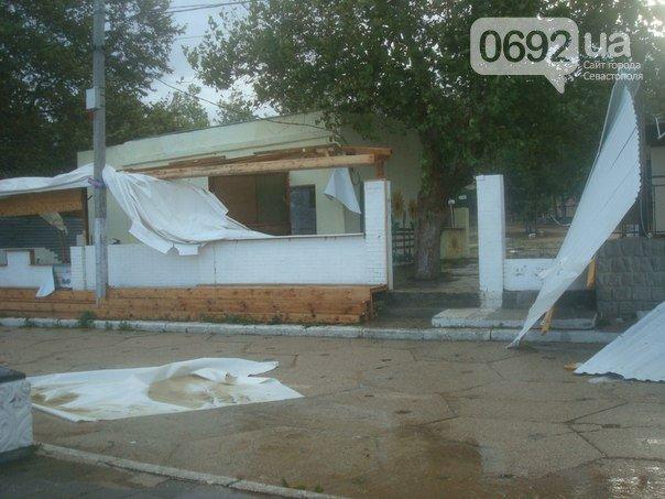 Непогода разошлась не на шутку: В Крыму ветром сорваны крыши, городские улицы тонут (ФОТО, ВИДЕО), фото-8